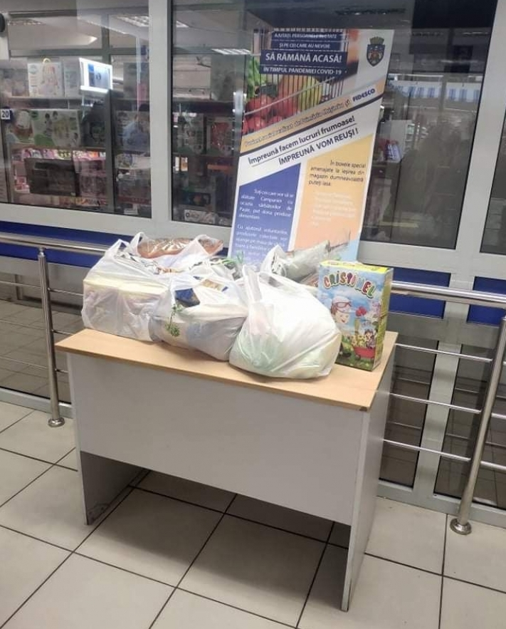 Familii nevoiașe au beneficiat de pachete cu produse alimentare colectate în cadrul campaniei sociale de Paști, lansată de municipalitate