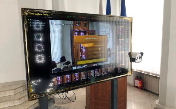 Termoscaner la intrarea în clădirea Primăriei. Sistemul este în regim de testare