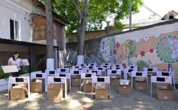 Donație de planșete, seturi pentru învățare și jucării pentru 30 de copii cu dizabilități din familii social-vulnerabile