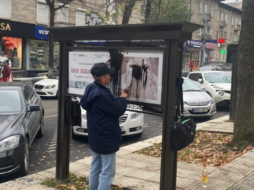 Vandalizarea expoziției foto dedicată medicilor din prima linie, amplasată pe str. A. Pușkin